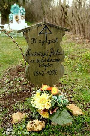 Savanyú Jóska sírja a tótvázsonyi temetőben