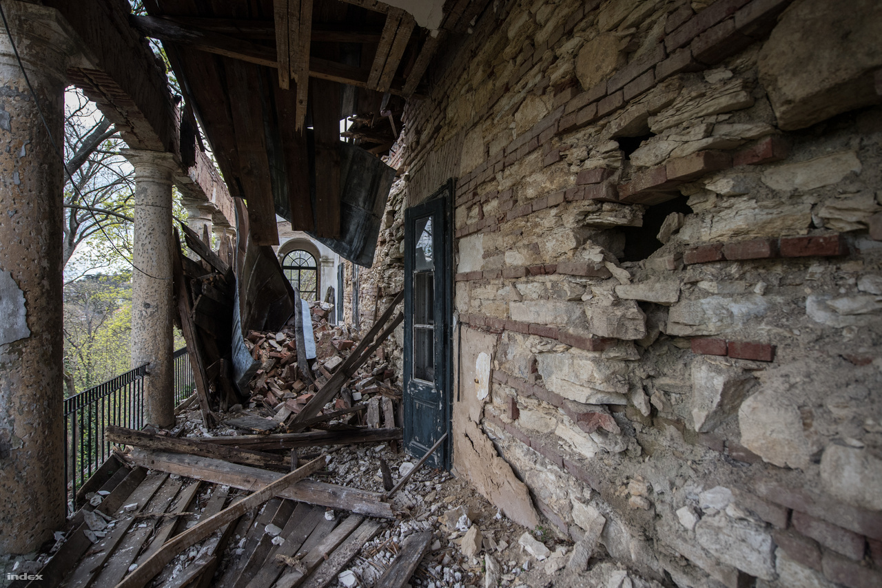 Az sem tett jót a műemléknek, hogy évtizedek alatt a végletekig lelakták, de az igazán kemény csapást a kiürítés jelentette. A rendszerváltás óta üresen pusztuló épület mára siralmas állapotba került.