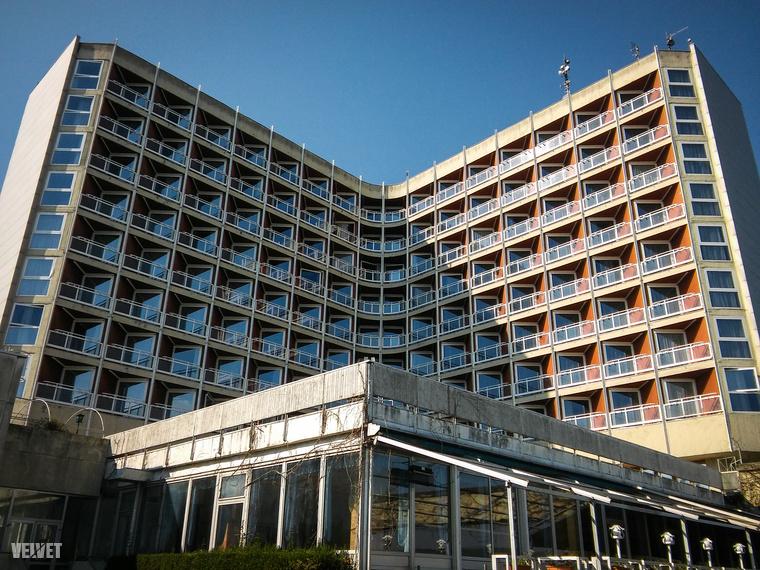 Ezen a sétányon található a kultikus Helikon Hotel, ami a város egyik jelképe