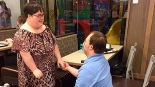 Gyerekkori barátját kérte feleségül a Down-szindrómás fiú