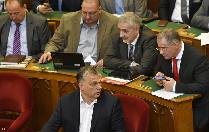 Orbán Viktor, Kósa Lajos, Németh Zsolt, Németh Szilárd és Halász János az Országgyűlés plenáris ülésén 2017. április 3-án.