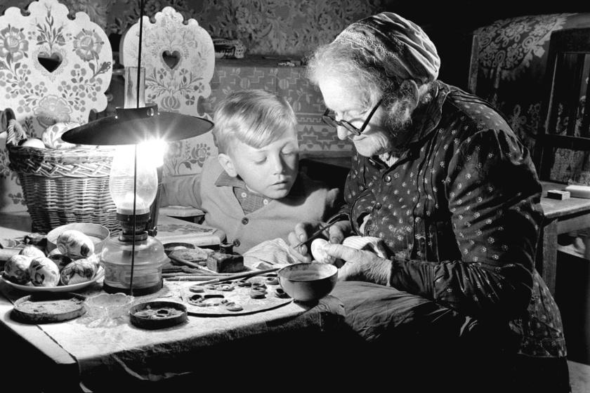 1959 márciusában így készültek Kalocsa környékén, egy öregcsertői tanyán az ünnepre. Az idős pingálóasszony unokájának tanítja a mesterséget. Nemcsak a tojáson van szép, cirkalmas kalocsai minta, hanem a falakon és a bútorokon is.