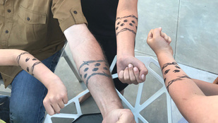 Gwen Stefani fiai szolidaritást vállaltak nevelőapjuk részegen készített tetkójával