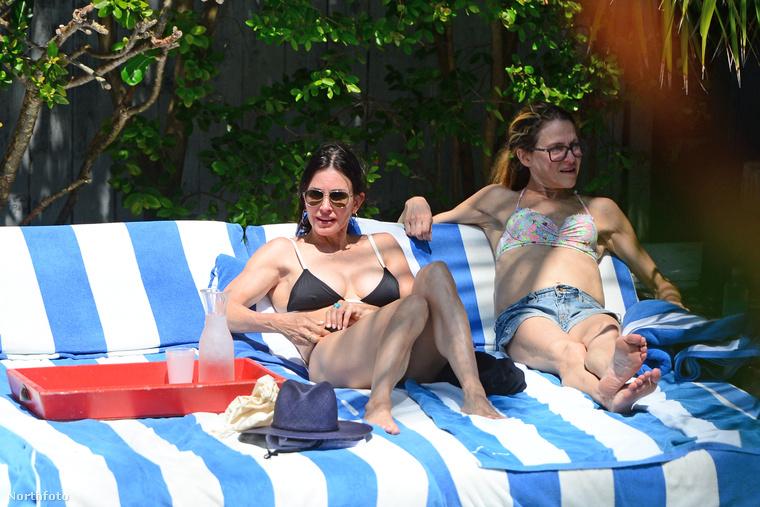 Az ott nagyon is a színésznő, méghozzá bikiniben.