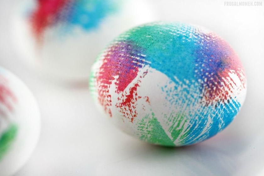 Tépj le fecniket konyhai törlőkendőből vagy akár papír zsebkendőből. Mártsd a végét a festékbe, és kend el lágy és szabálytalan mozdulatokkal a tojáson vagy csak nyomd rá egyszerűen.