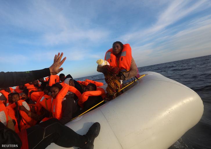 Földközi-tengeren hánykolódó menekülteket mentenek egy gumicsónakról a spanyol partoknál, április elsején.