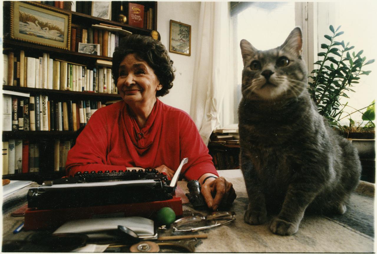 """Írógépéhez mindvégig ragaszkodott: """"számomra – és ez részben foglalkozási ártalom, részben az                         otthoni környezet emléke – az íróasztal, az írógép és a könyv jelentik az otthon tárgyi fogódzóit.                         Az utóbbit azonban általános érvénnyel mondhatom: szerintem, könyv nélkül nem létezik igazi                         otthon."""" Élete utolsó éveit keresztfiánál töltötte Kerepesen, írógépe és könyvei és oda is                         elkísérték."""