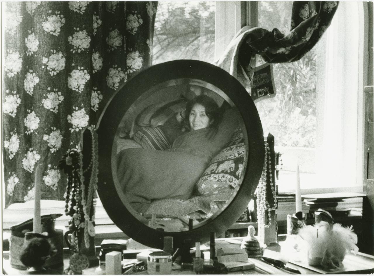 """Kötői rendetlenség a fésülködőasztalon, az első emeleti ablakból egy jegenyesorra látni, mely                         Debrecenre emlékeztette Szabó Magdát: """"ha Budapest is a végleges lakóhelyem, nekem a holtig                         haza Debrecen marad"""".                         A bensőséges képet talán a férj fotózta. Az elegáns, művelt és nőcsábász Szobotka Tiborral                         1947-ben ismerkedtek meg. A könnyű nők lassan elmaradtak, és maradt a lány, aki """"szenvedni                         tudott, osztozni nem"""". Szabó Magda férje 1982-es halála után a Megmaradt Szobotkának című                         könyvben állított emléket összetartozásuknak: """"ha nincs Szobotka, nem leszek én sem, sem az                         én életművem, Rákosi iszonyú évei, a visszavett Baumgarten-díj, az évtizedekig tartó, gondosan                         előkészített és végrehajtott víz alá nyomás, ifjúságunk és reményeink legázolása alkoholistává                         zülleszt, disszidálásra bír, ideggyógyintézetbe vagy öngyilkosságba kerget. Ha ő nem áll                         mellettem, kalapáccsal verem szét az írógépemet írás helyett, ha nem fogja a kezemet, és nem                         unszol naponta, dolgozzam, nem írok én sem Freskó-t, sem Őz-t, nem írok én semmit átkozódó                         verseken kívül. 'Nekem írd meg! – kért, mikor végképp abba akartam hagyni mindent –, nekem                         egyedül, és ne törődj mással. Ha szeretsz, elég kell hogy legyen neked az, hogy én vagyok az                         olvasód.'"""""""