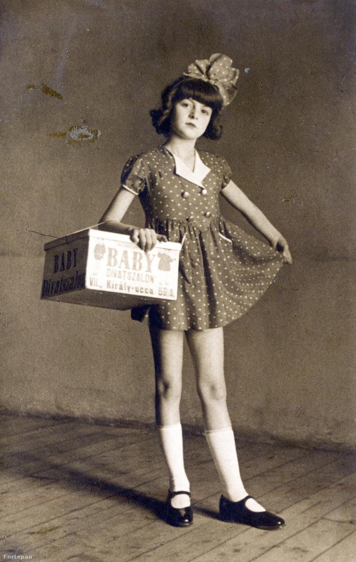 Kati a Király utcai Baby divatszalon reklámarcaként. A húszas évektől működő üzlet gyermekruhákat, csecsemőkelengyét és kötöttáru különlegességeket árult, egészen 1950-ig. Ez a divatszalon tervezte és készítette a gyerekszínház ruháit.
