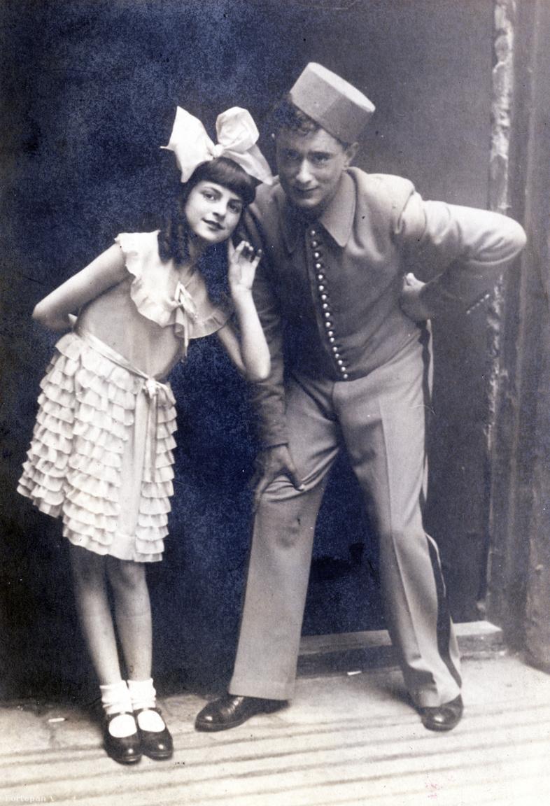"""Színpadi jelenet: az óriási masni maradt, Ráth Kató megnőtt                          A kislány nemcsak Lakner bácsi gyerekszínházában állt színpadra, hanem Utassy Gizi, a pesti operettprimadonnák tánctanárnőjének növendékeként is. Egy beragasztott újságkivágás szerint az Operettszínházban tartott bemutatón """"kitűnő volt Rothmann Katinka is"""". Azonban a legtöbb figyelmet, """"a tomboló tapsvihart és rengeteg csokoládét"""" egy kétéves (!) művésznő, Garamszegi Géczy Dorottya kapta, aki nem volt hajlandó lemenni a színpadról."""