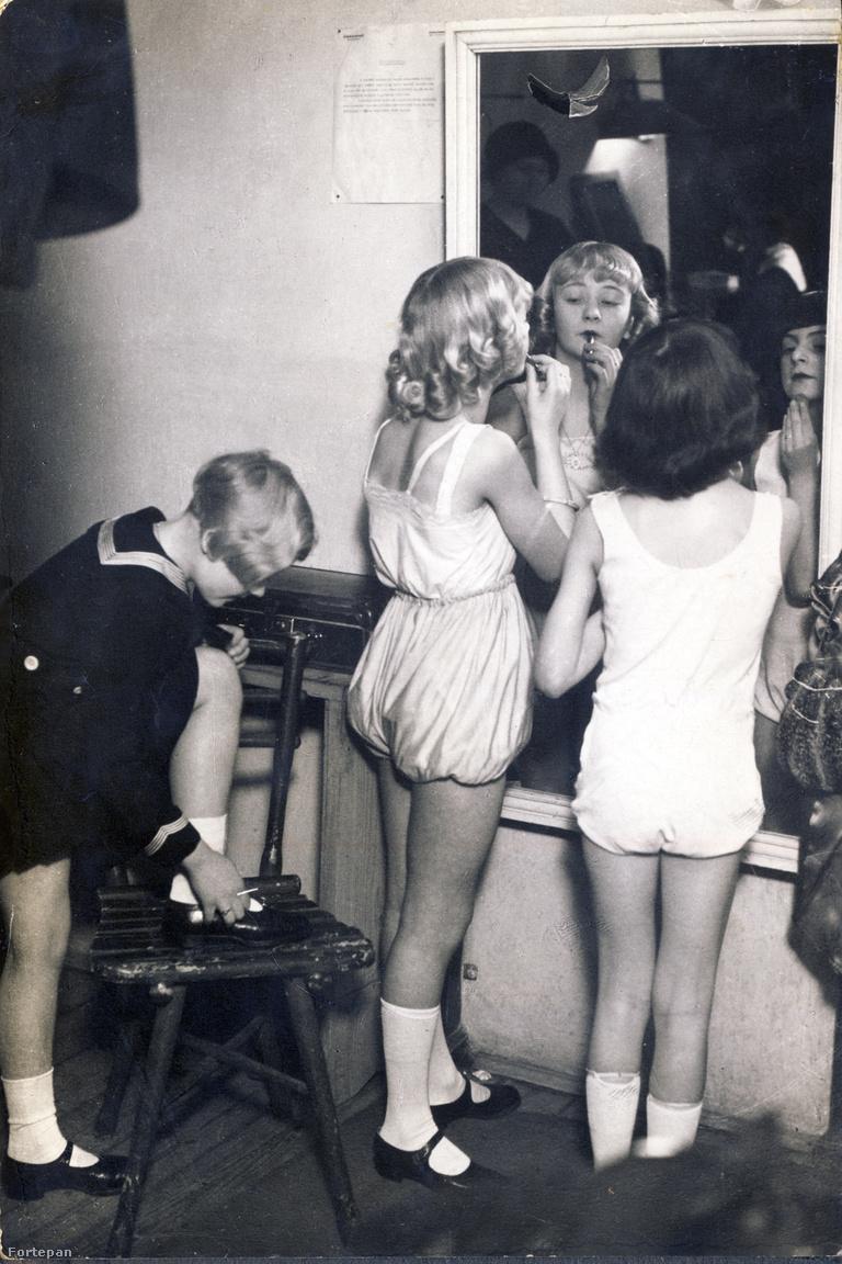 Színpadra lépés előtt                         Ráth Kató hamar hozzászokott a szerepléshez. Szülei alig egyévesen benevezték a Szinházi Élet babaszépségversenyére, 4-5 éves korától balettiskolába járt, majd csatlakozott Lakner bácsi gyerekszínházához. A bordó album őriz egy Ráth Katónak a Teréz körút 18. I. emelet 1. ajtó alá címzett, gondosan celofánba csomagolt kártyát, amelyen Lakner bácsi 1935-ben felkéri a kis primadonnát, hogy jelenjen meg próbára az Erzsébet körúti Royal Apollóban.