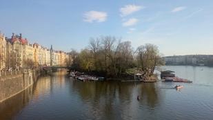 Tekerjen a folyón a prágai napsütésben