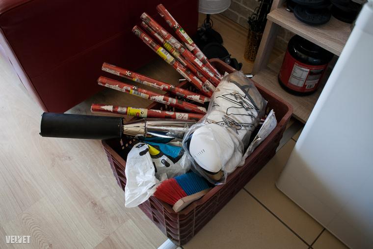 Indokolatlanul sok csomagolópapír, egy használatlan boxkesztyű, stb