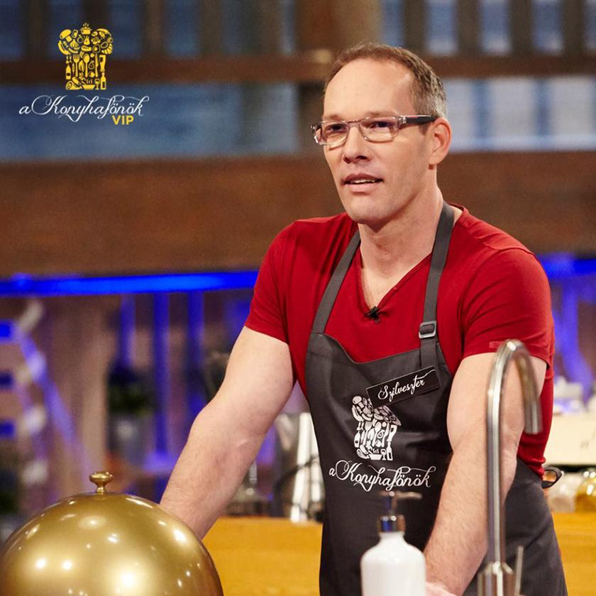 Csollány Szilveszter A Konyhafőnök VIP című műsorban mutatja meg főzőtehetségét.