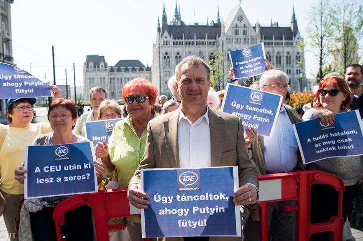 Varju László a DK alelnöke független országgyûlési képviselõ az Ifjú Demokraták Egyesülete - a Demokratikus Koalíció (DK) ifjúsági szervezete -demonstrációján a Parlament mélygarázsának bejáratánál 2017. április 3-án.