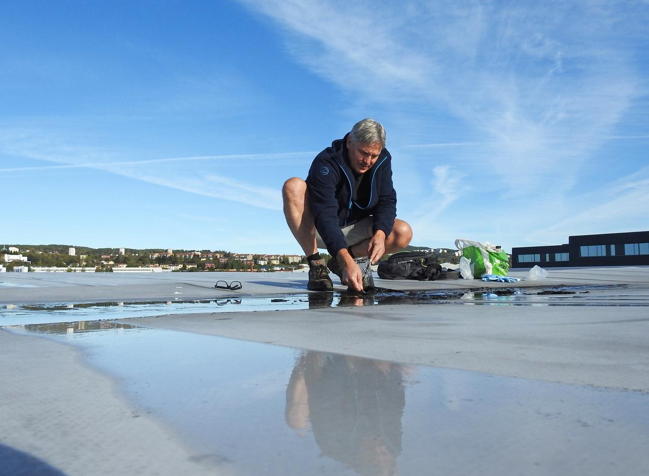 Jon Larsen munka közben: nagy területű lapos tetőkön lehet a legnagyobb eséllyel mikrometeoritokat találni.