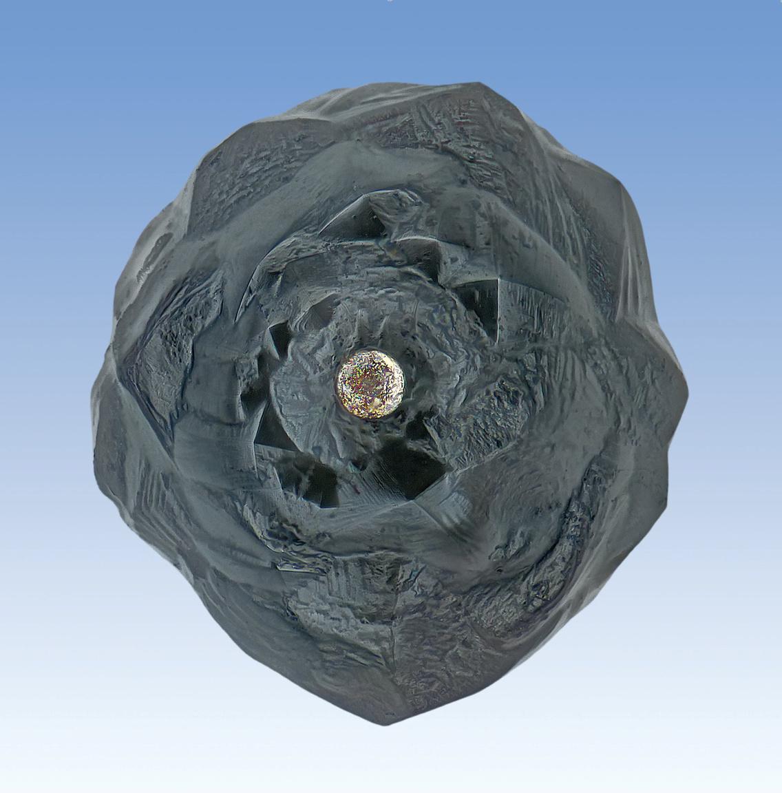 Kriptokristályos szépség króm-nikkel gyönggyel, ami egykor a magját alkotta.
