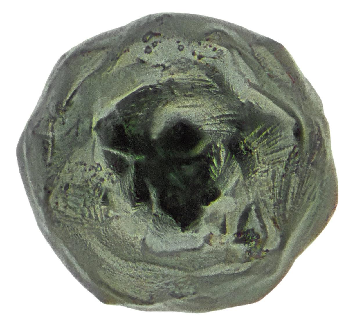 Houstonban, a NASA Johnson Űrközpontjában, a 13-as épület tetején találta Larsen ezt a kb 0,15 milliméteres kriptokristályos mikrometeoritot.