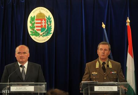 Hende Csaba honvédelmi miniszter és Benkő Tibor altábornagy, a Magyar Honvédség vezérkari főnöke rendkívüli sajtótájékoztatót tart a Honvédelmi Minisztériumban
