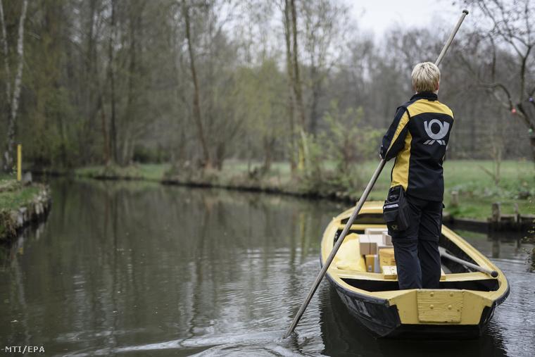Nézzük csak meg közelebbről, ahogy békésen szeli a vizet.Ennek a hölgynek valószínűleg nem kell stresszkezelésre költenie, amint leteszi a munkát.Illetve az evezőt.Itt hívnánk a fel a figyelmet a szép sárga egyenruhára és a szintén sárga Deutsche Post feliratú csónakra.