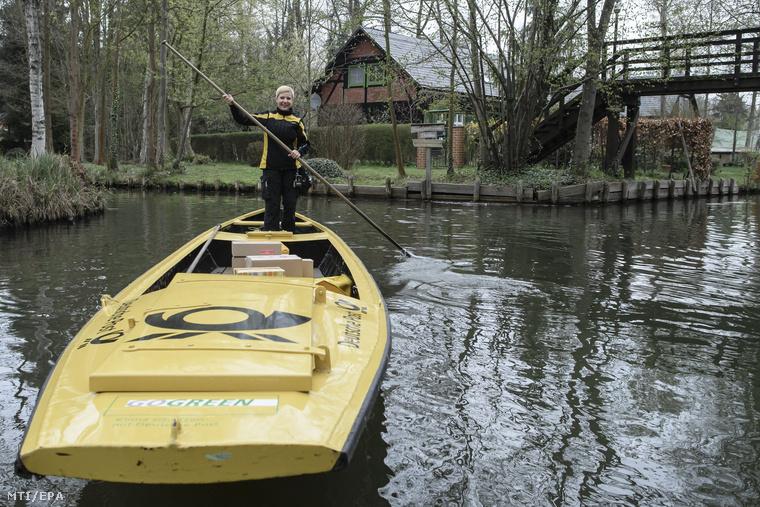 Ha végiggondoljuk a világ legjobb és legnyugisabb állásait, akkora Spree folyón csónakkal kézbesíteni a leveleket minden bizonnyal köztük van.Andrea Bunarnak minden nap az a feladata, hogy a németországi Lehdén szépen lassan átkel és átadja a küldeményeket