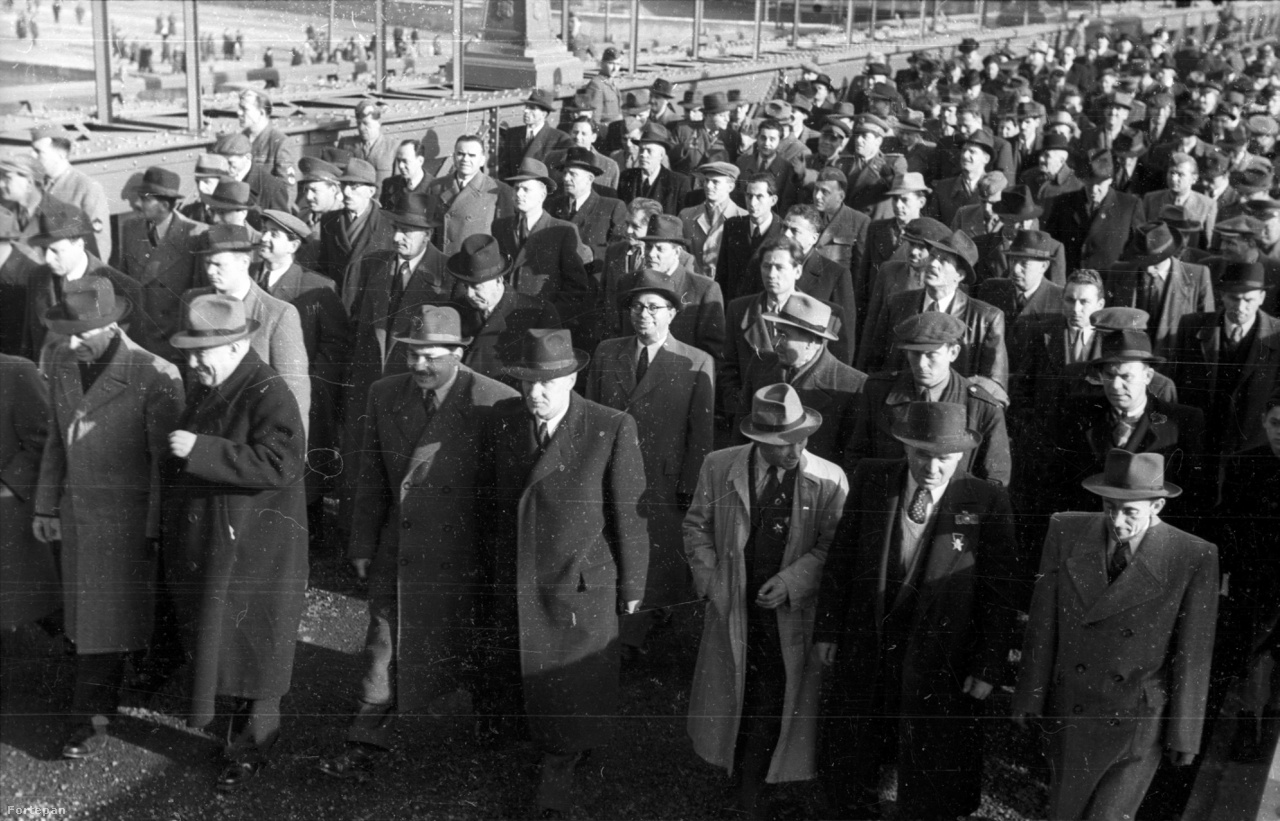 Az újjáépített Lánchíd átadási ünnepsége, 1949                         Tengernyi nehéz- és pehelysúlyú, de mindenképpen kalapos elvtárs tart súlypróbát az újjáépített, némileg kiszélesített Lánchídon. Az átadás a híd első felavatásának 100. évfordulójára esett, a menet élén Gerő Ernő, Bebrits Lajos, középen Kádár János, mögötte szemüveggel Kállai Gyula halad.