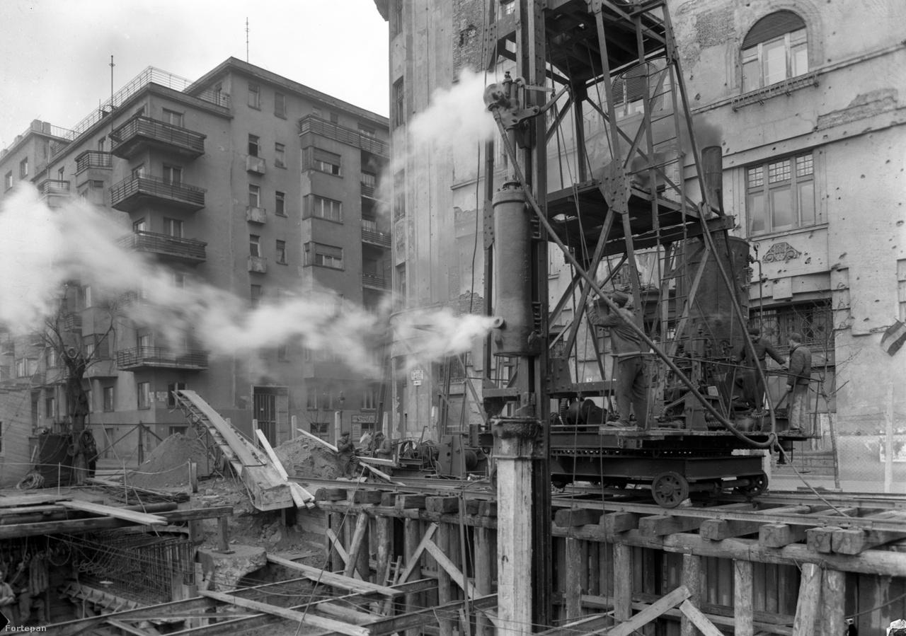 Újpesti rakpart a Sziget (ma Radnóti Miklós) utcánál, 1950                         Nem tudjuk, 1950-ben mit építettek éppen a rakpart és a Sziget utca torkolatánál, de az biztos, hogy 1946 és 1948 között a Manci állt itt. Manci, a pontonhíd. A németek által felrobbantott Margit-híd újjáépítéséig szükség volt egy ideiglenes átkelőre. Amint Margit felépült, Mancira már nem volt szükség többé.