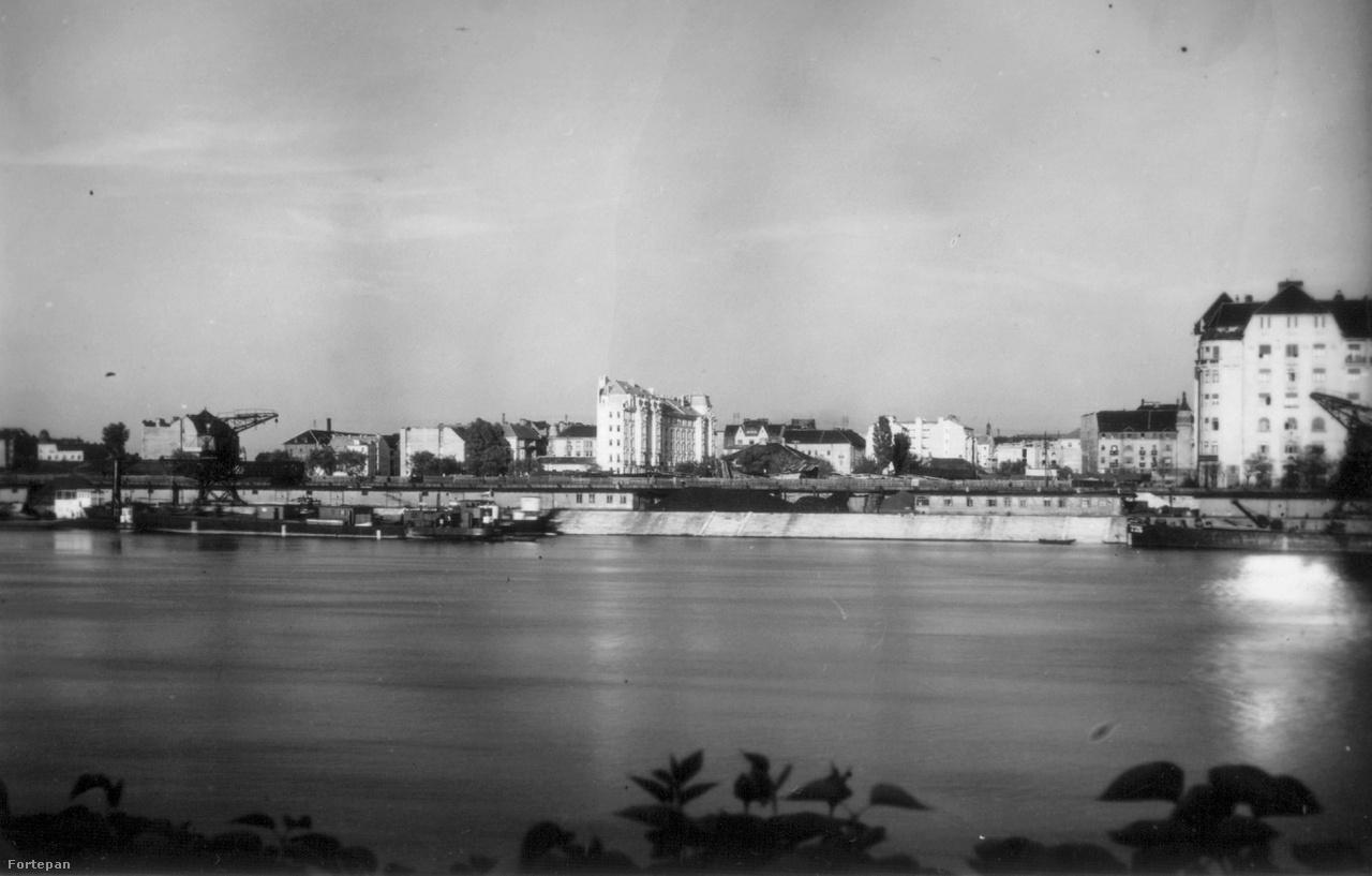 """Az Újpesti rakpart és az épülő Újlipótváros látképe a Margitsziget felől, 1928                         A húszas években akadt erre még jónéhány üresen álló telek, az új városrész éppen születőben volt. Sorra húzták fel a nagyobbnál nagyobb, a középosztály igényeinek megfelelő modern, világos és gépesített bérházakat. Az akkori építkezések miatt írhatta le évtizedekkel később Bächer Iván, hogy """"A pesti Újlipótváros általában egy jó hely. Elég jó. Viszonylag jó."""""""