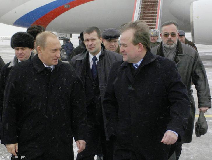 Viktor Medvedcsuk fogadja Vlagyimir Putyint Ukrajnában, 2004-ben.