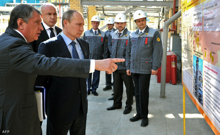 Vlagyimir Putyin és Igor Szecsin közös üzembejáráson a Rosznyeft egyik finomítójában.