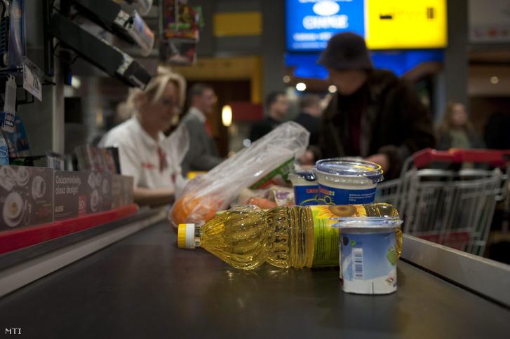 Étolaj egy szupermarket pénztáránál