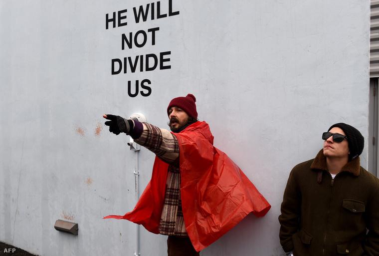 A 30 éves színész a Donald Trump ellen intézett, performance jellegű tüntetésen.