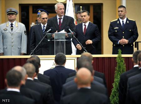 Gilles de Kerchove, az Európai Unió terrorizmusellenes koordinátora beszél a megalakult Terrorelhárítási Központ állománygyűlésén. Mellette áll Orbán Viktor miniszterelnök (j2), Hajdu János, az új szervezet főigazgatója (j) és Pintér Sándor belügyminiszter (j4)
