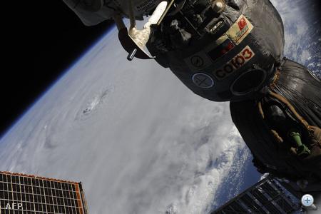 Doug Wheelock asztronauta fotója az ISS nemzetközi űrállomásról.