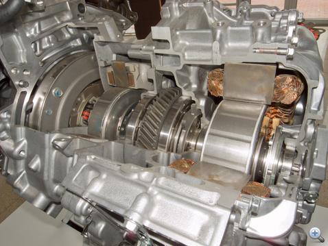 Belső csillapítós lendkerék (hogy a benzinmotor vibrációi ne jussanak tovább), önindító-generátor, bolygómű, villanymotor