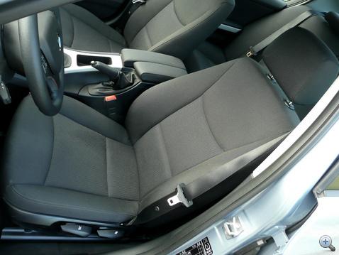 Kemény, viszonylag kényelmes, de azért ültünk már jobb BMW ülésben
