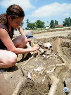 Római kori sír feltárása a temetőben