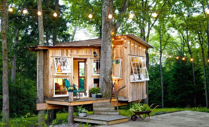 Ez az álombeli kis faház mindössze 30 négyzetméter alapterületű, és egy pár lakik benne. De semmi okuk a bánkódásra, hiszen a szűkös kuckóban minden elfért.