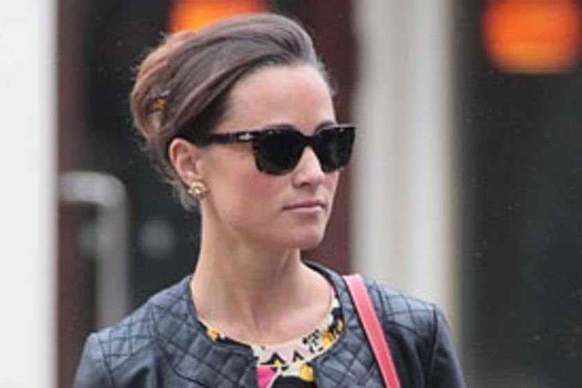 ea24b3d295 Romantikus és dögös! Pippa Middleton színpompás nyári ruhában lépett utcára