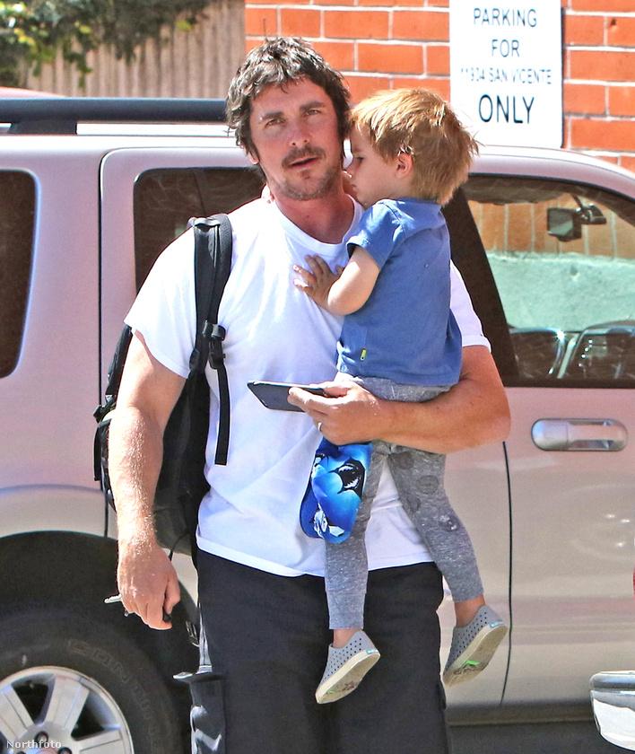 A következő képsorokból kiderül például, hogy a hároméves Joseph még séta közben is képes elaludni, miközben az apján lóg
