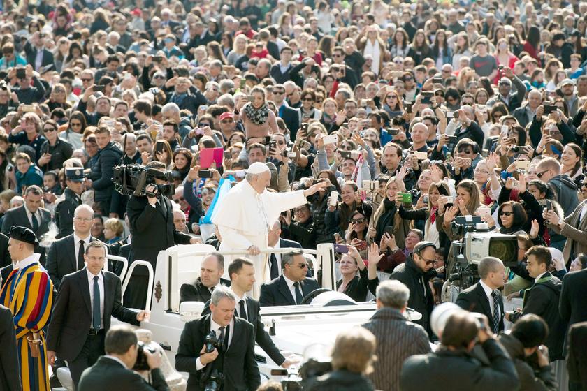 Ferenc pápa érkezik a szokásos audienciájára a Szent Péter téren