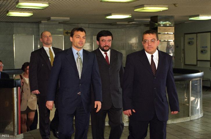 Orbán Viktor miniszterelnök Kántor Tibor az APEH alelnöke és Simicska Lajos az APEH elnöke a METESZ székházban tartott APEH állománygyűlésén. Budapest 1999. március 8.
