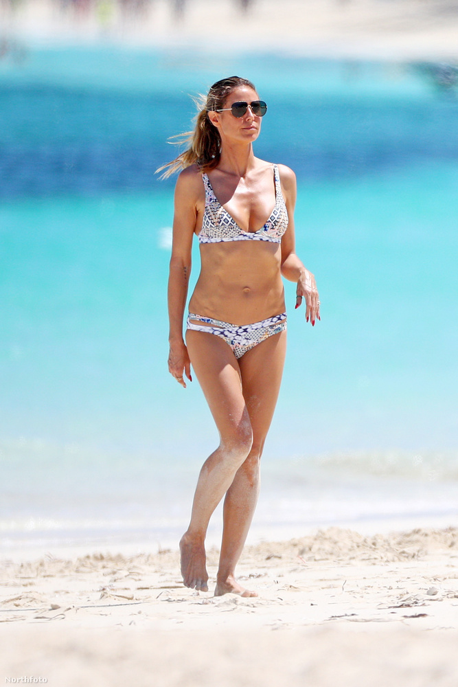 Klum világos, két részes bikiniben sétált a tengerparton.