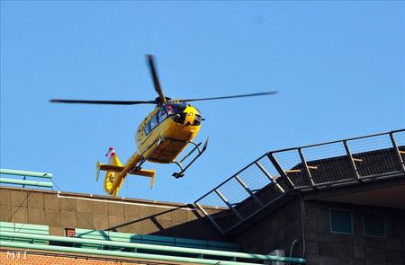 Hazaérkezése után mentőhelikopter szállította a kómában lévő magyar zászlóst a honvédkórház  épületéhez