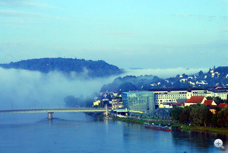 Linzől ömlik a köd. A híd végében az Ars Electronica Center