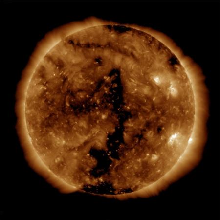 Koronalyukak (a sötét területek) a Nap külső tartományában, a NASA SDO szondájának extrém ultraibolya tartományban készített felvételén (2010. június 5.) Ezekben a régiókban a Nap mágneses tere nyitottá válik, ami nagy mennyiségű részecske kiáramlását teszi lehetővé, melyek akár a Földet is elérhetik. Elképzelhető, hogy a nagy napkitöréseket laboratóriumokban is előre lehet jelezni?