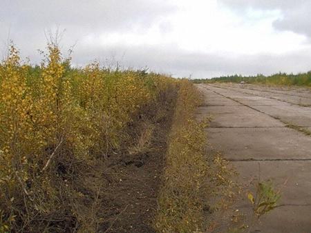 A rendkívüli leszállópálya Izsma város elhagyatott katonai repterén
