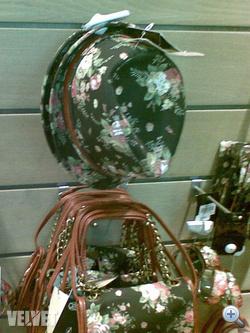 Stradivarius: mindenből van virágos, vehetünk táskát, kalapot, pénztárcát, karkötőt is ilyen mintával.