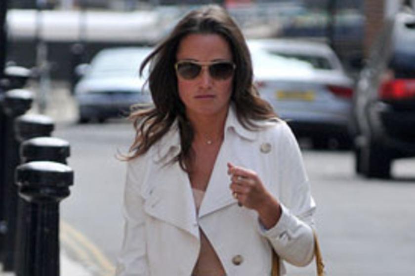 e3c28ef23e Pippa Middleton barackszínű maxiruhában lépett utcára