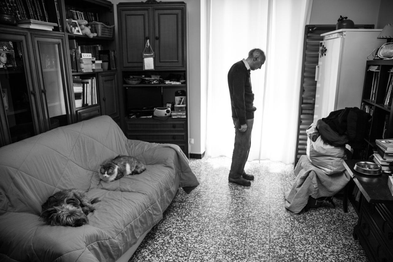 """Pierangelo Fazio (született 1947-ben), Casale Monferrato, Alessandria. A férfi 1981-ig dolgozott egy eternitgyárban. A beceneve Patkány volt, mert ő aprította a csővezetékeket eltömítő nagy azbesztdarabokat, hogy ne okozzanak dugulást. A szakszervezet tagjaként gyakran emelt szót a munkások jogaiért. Cserébe megkapta a legrosszabb munkát. """"Élve eltemettek, hogy befogjam a számat."""""""